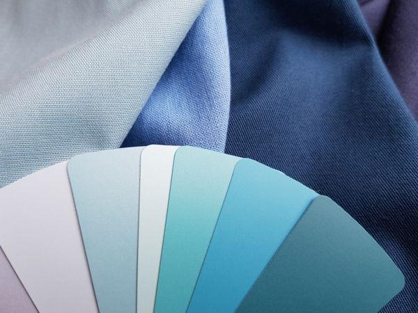 Farbberatungstücher und Farbfächer in Blaunuancen für den Sommerfarbtyp