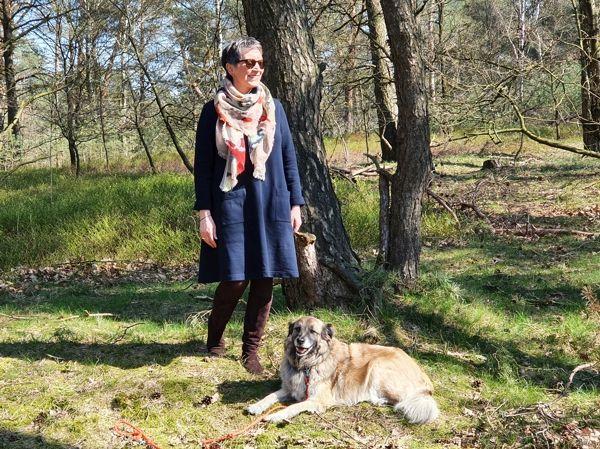 Ines Meyrose – Outfit 2020 mit dunkelblauem Kleid in A-Linie mit Bloggerhund Paul