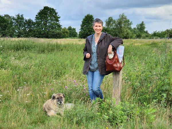 Ines Meyrose - Outfit 2020 - WAXWERKE Wachsjacke Romy aus Waxed Cotton in braun - Ü40 Bloggerin mit Hund Paul