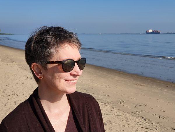 Ines Meyrose – 2020 – Portrait – Haarstyling kurze graue Haare - Pixie