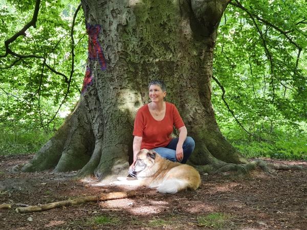 Ines Meyrose – Outfit 2020 –Herbstfarbtyp – Kurzarmpullover Rostrot – Ü40 Bloggerin mit Hund Paul