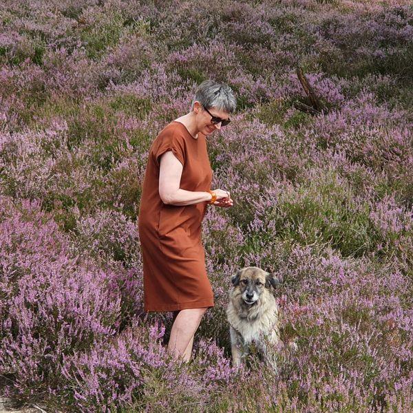 Ines Meyrose – Outfit 2020 – Sommerkleid braun – Ü40 Bloggerin mit Hund Paul