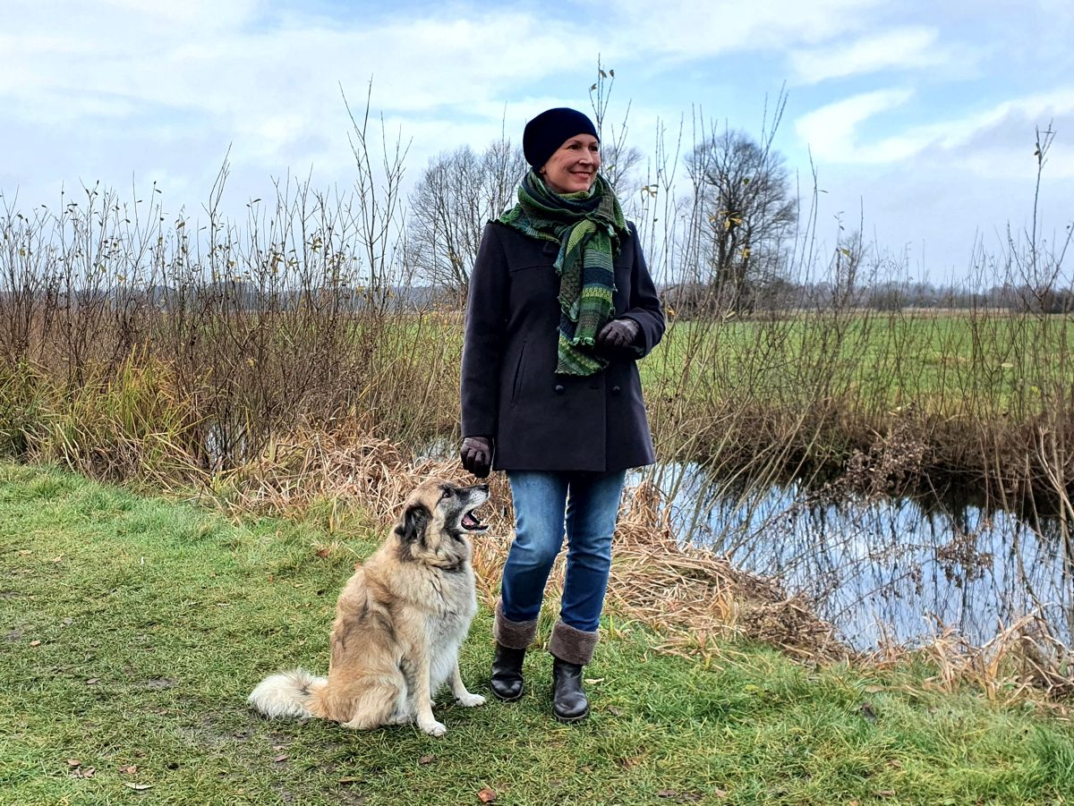 Ines Meyrose – Outfit 2020 mit Cabanjacke aus Wolle als Alternative zu Steppjacken und Daunenmänteln – Ü40 Bloggerin mit Hund Paul