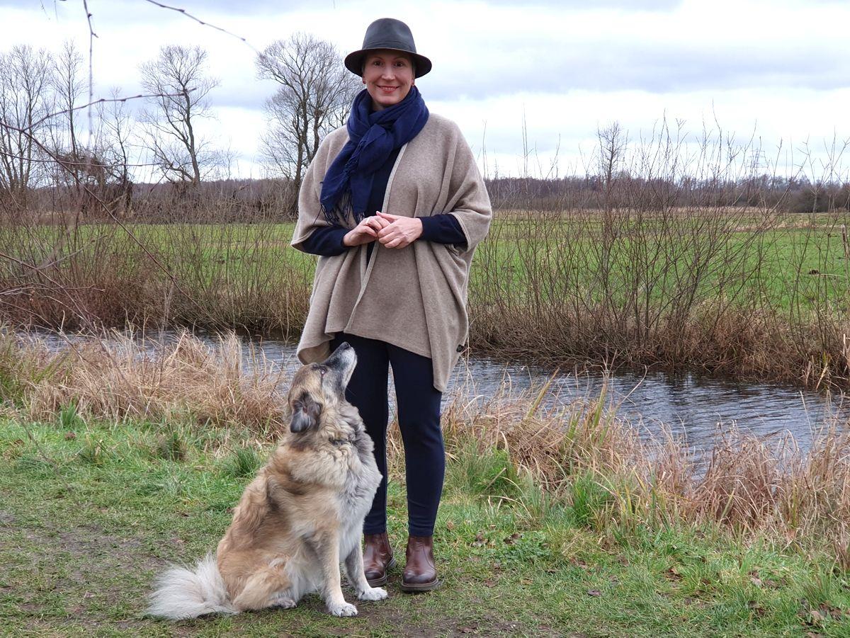 Ines Meyrose - Outfit 2021 mit Hut und Poncho - Herrenhut Feodora bzw. Trilby- in braun - Ü40 Bloggerin mit Hund Paul