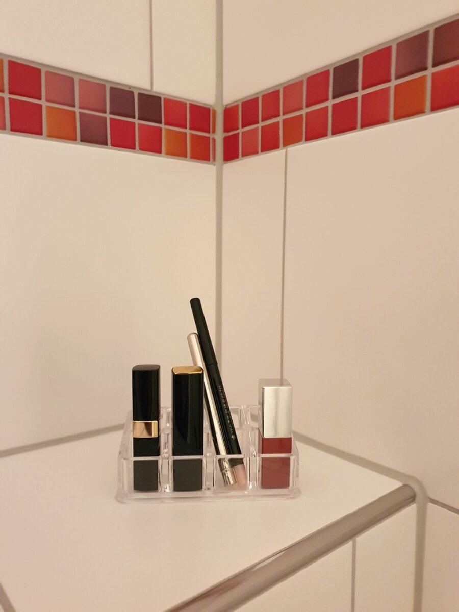 Lippenstiftständer im Bad