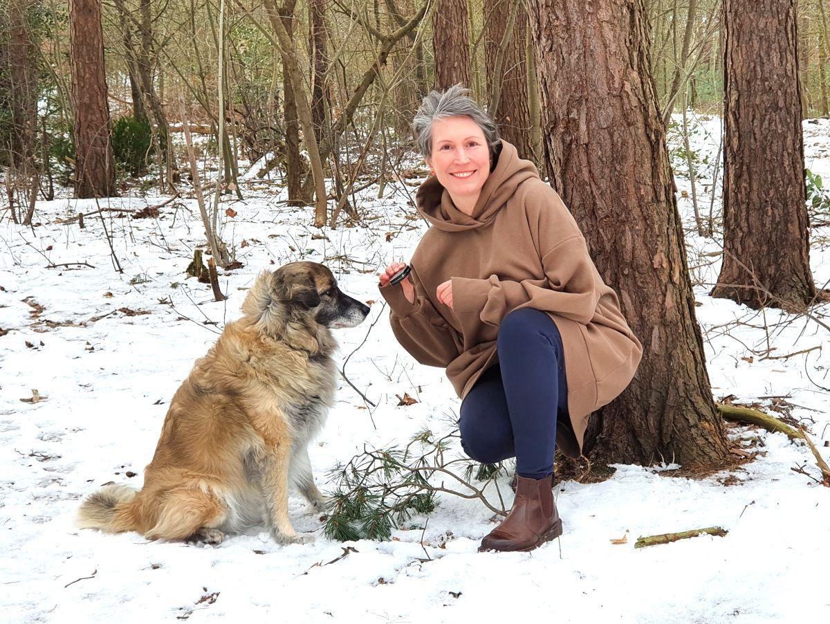 Ines Meyrose - Outfit 2021 mit Oversized-Hoodie in braun - Ü40 Bloggerin mit Hund Paul