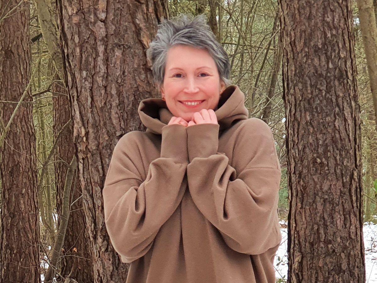 Ines Meyrose - Outfit 2021 mit Oversized-Hoodie in braun - Ü40 Bloggerin - Portrait