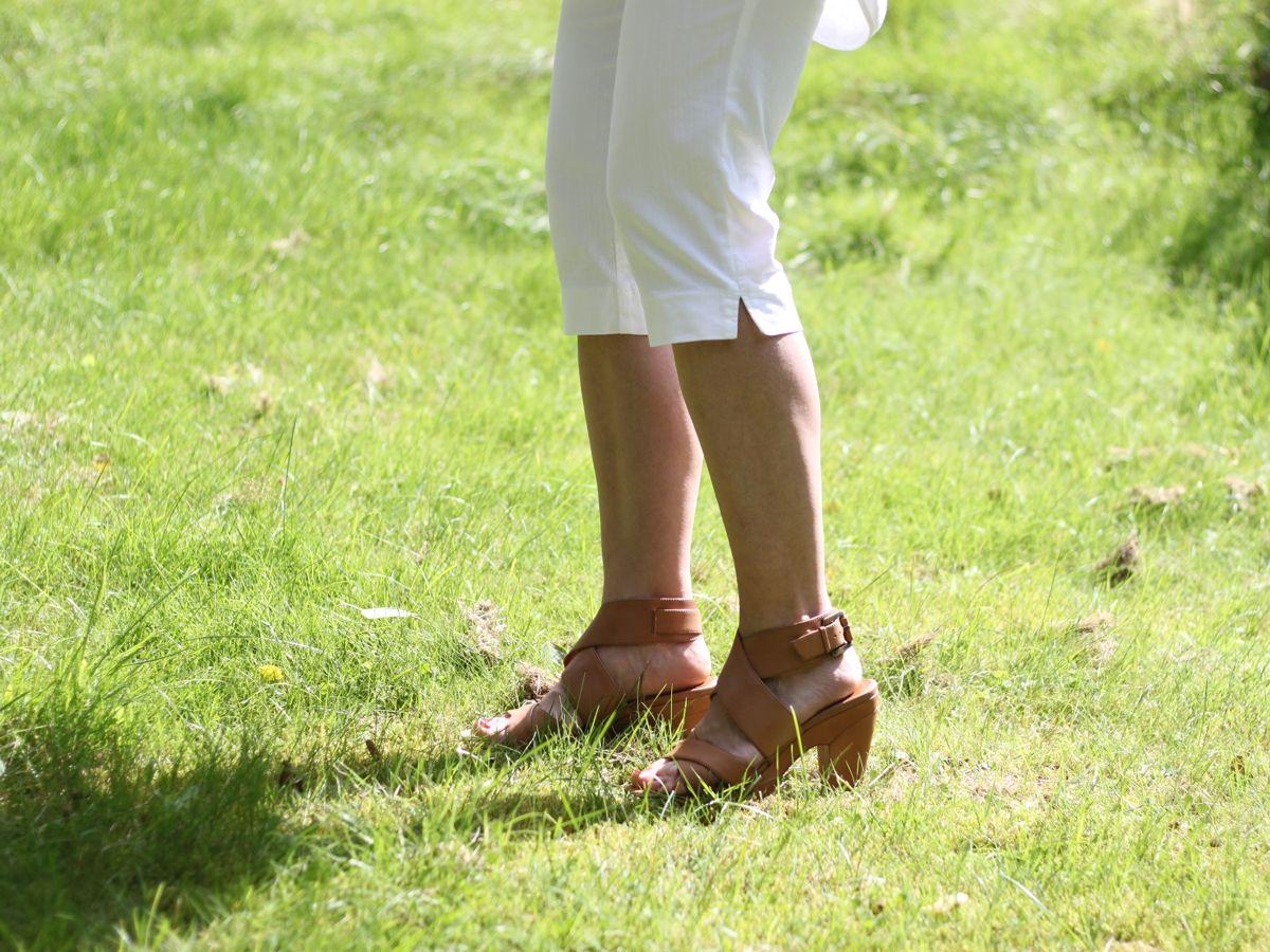 Ines Meyrose - Outfit 2017 - weiße Caprihose und Sandaletten
