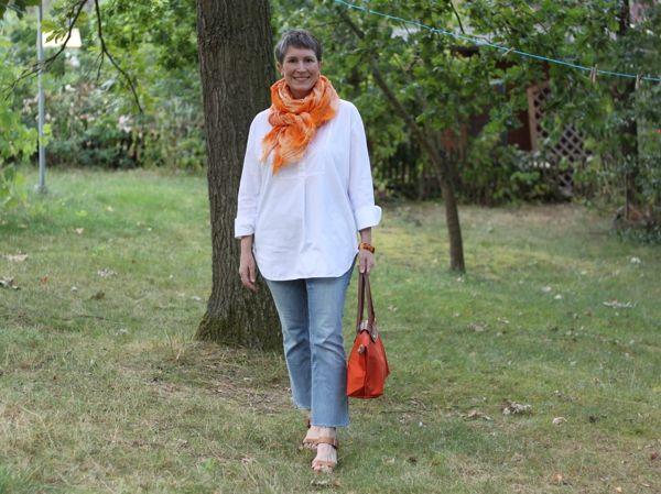 Ines Meyrose - Outfit Sommer 2019 - weiße Tunikabluse mit Batiktuch in orange zur cropped Jeans mit offenem Saum - Ü40 Bloggerin