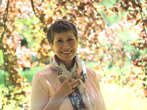 Ines Meyrose - Outfit 2019 - Blumenmuster im Schal zur einfarbigen Bluse kombiniert - Portrait