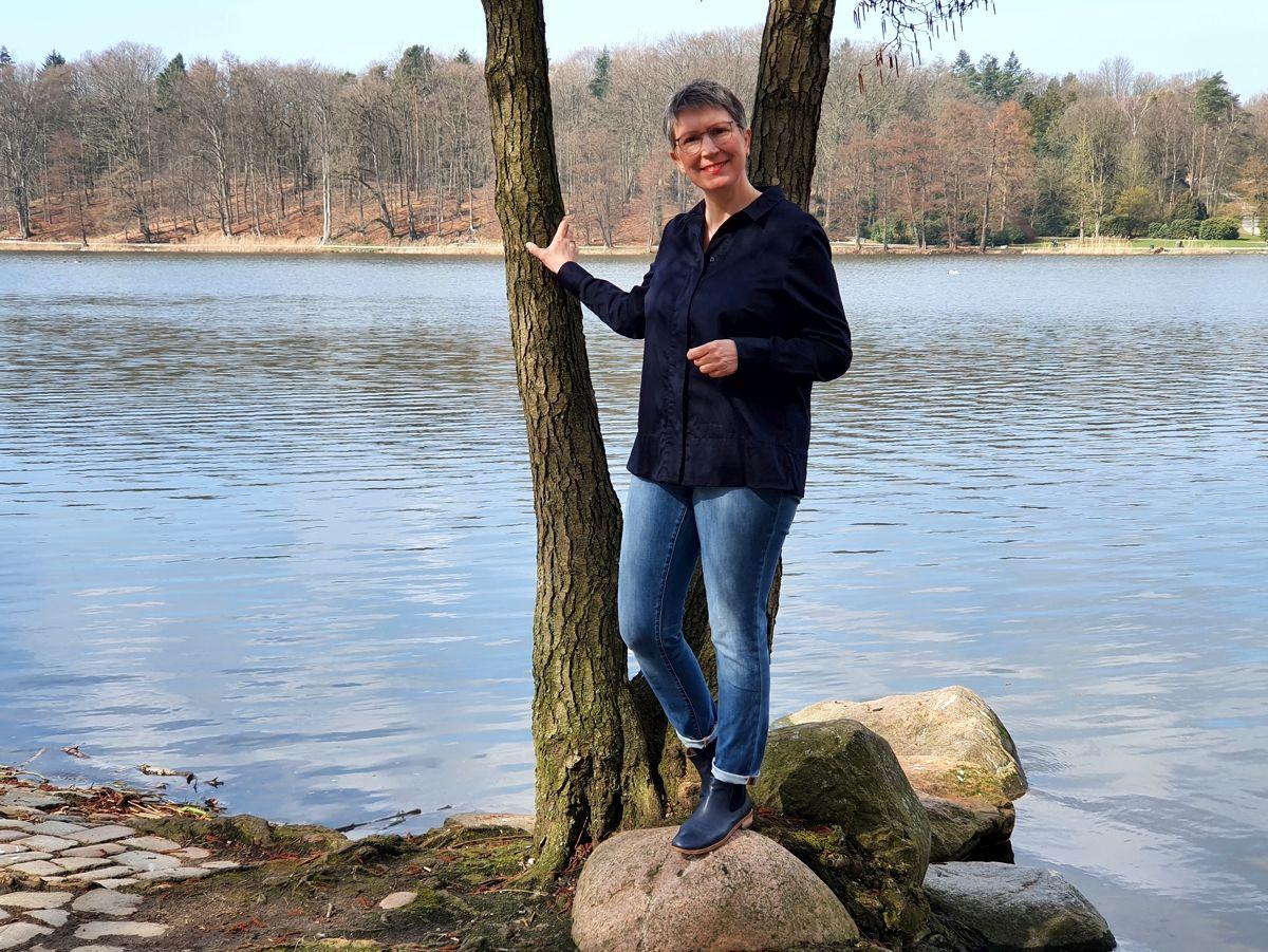 Ines Meyrose - Outfit 2021 - Frühlingseinheitslook - persönliche Uniform - dunkelblaue Bluse, Jeans, Stiefeletten