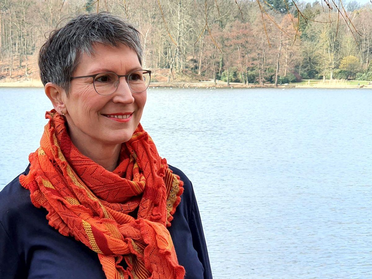 Ines Meyrose - Outfit 2021 - Frühlingseinheitslook - persönliche Uniform - dunkelblaue Bluse - buntes Tuch - Portrait
