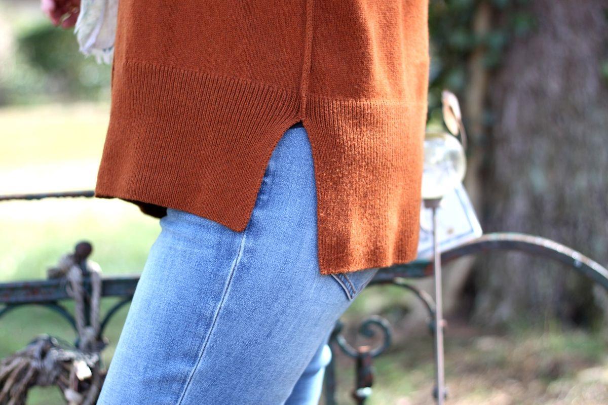 Ines Meyrose - Outfit 2021 - braune Strickjacke, blaue Jeans - Detail Seitennaht