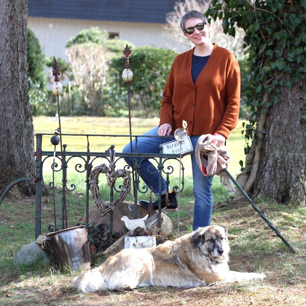 Ines Meyrose - Outfit 2021 - braune Strickjacke, blaue Jeans, blaue Stiefeletten - Ü40 Bloggerin mit Hund Paul