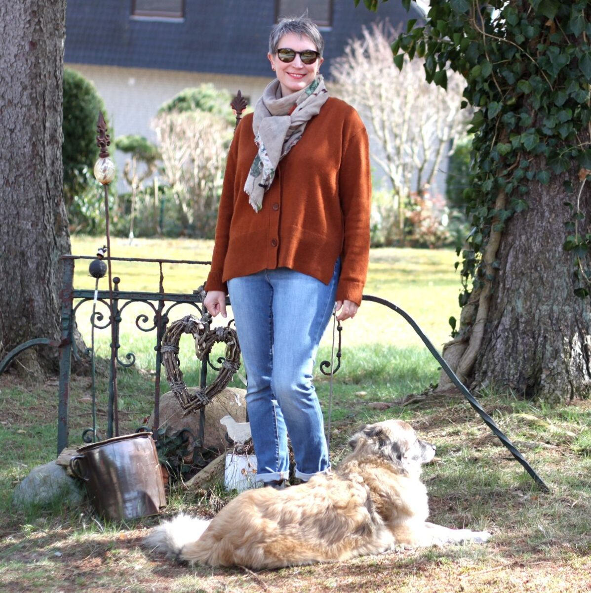 Ines Meyrose - Outfit 2021 - braune Strickjacke, blaue Jeans, blaue Stiefeletten - Ü40 Bloggerin mit Hund Paul - Vergleich von verschiedenen Ärmellängen