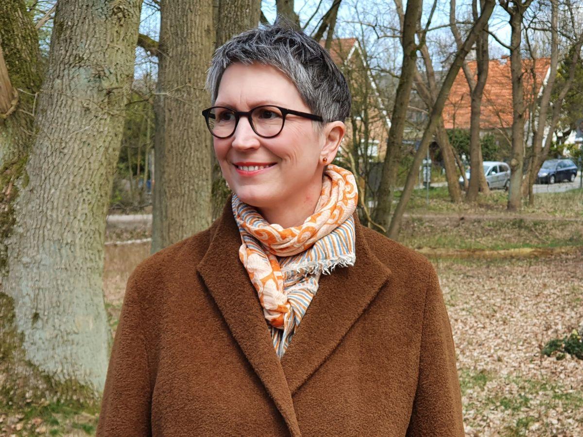 Ines Meyrose - Outfit 2021 - Wollmantel braun - Portrait