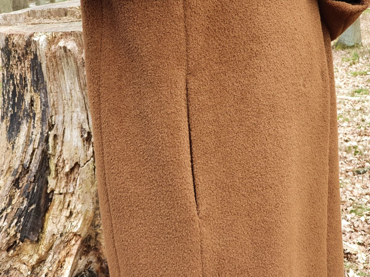 Ines Meyrose - Outfit 2021 - Wollmantel braun - Detail in Längsrichtung eingesetzte seitliche Taschen