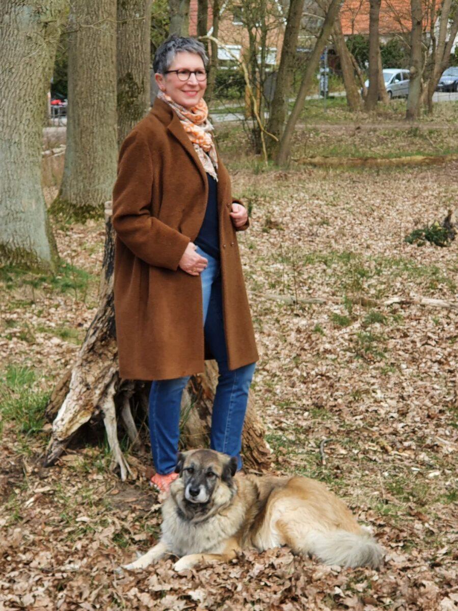 Ines Meyrose - Outfit 2021 - Wollmantel braun - Ü40 Bloggerin mit Hund Paul