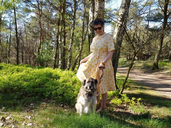 Ines Meyrose - Outfit 2019 - Sommerkleid - Hemdblusenkleid in Gelb - Ü40 Bloggerin mit Hund Paul
