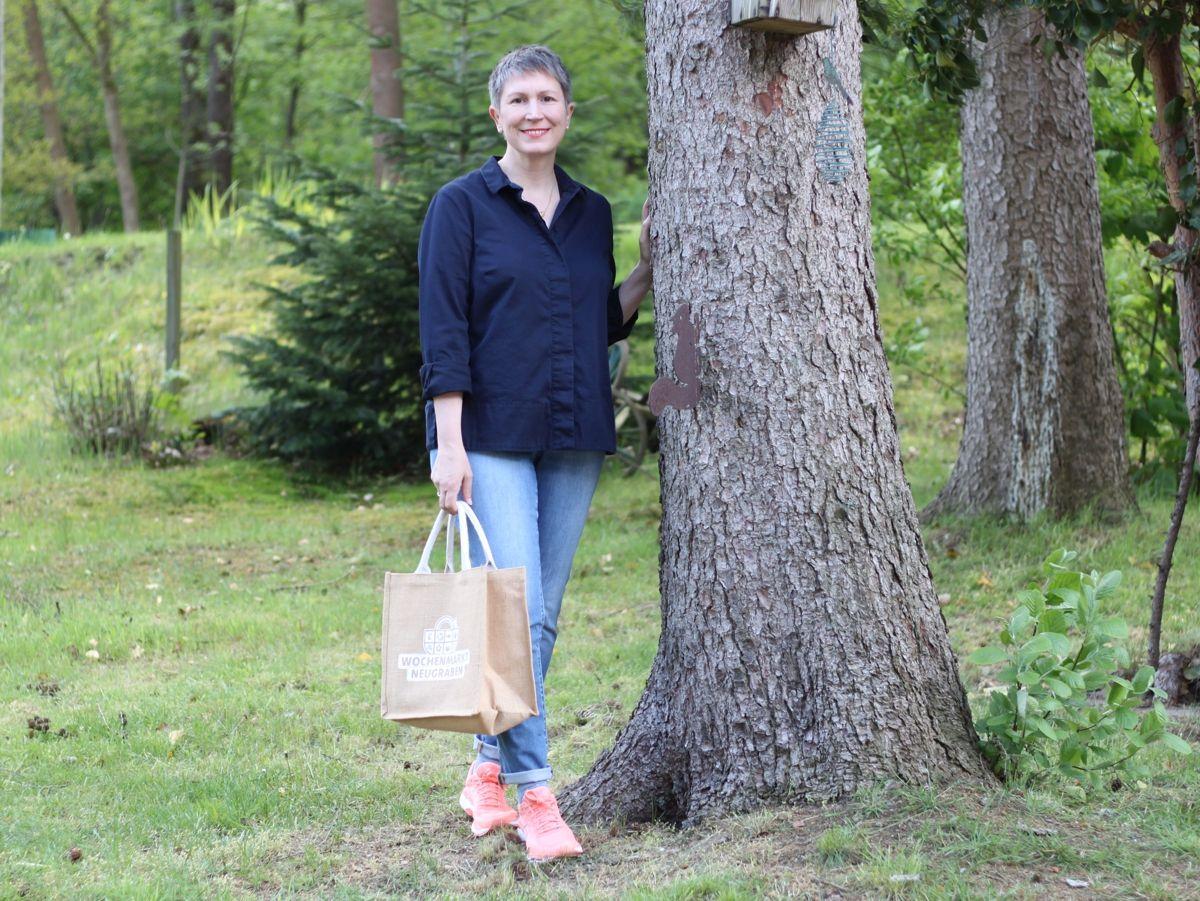 Ines Meyrose - Outfit 2021 - Frühlingseinheitslook - persönliche Uniform - dunkelblaue Bluse, Jeans, Sneaker, Market-Bag