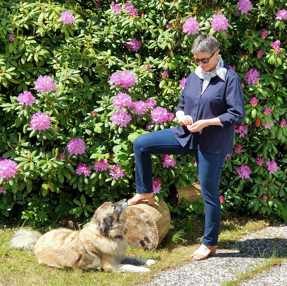 Ines Meyrose - Outfit 2021 - Frühlingseinheitslook - persönliche Uniform - dunkelblaue Bluse, dunkelblaue Jeans, Sandalen - Ü50 Bloggerin mit Hund Paul