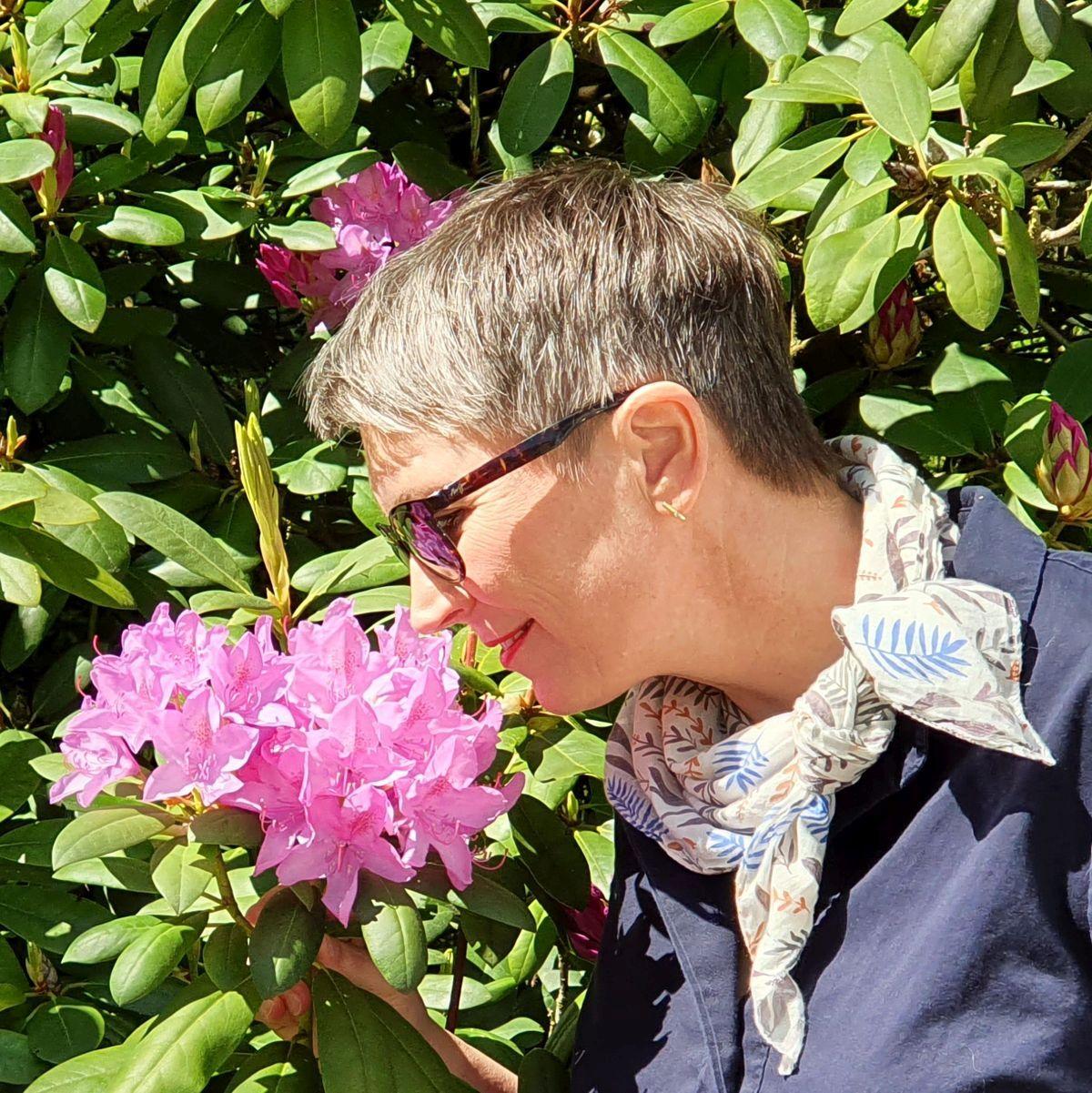 Ines Meyrose - Outfit 2021 - Frühlingseinheitslook - persönliche Uniform - dunkelblaue Bluse - Portrait- Ü50 Bloggerin