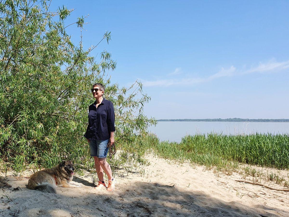 Ines Meyrose - Outfit 2021 - Frühlingseinheitslook - persönliche Uniform - dunkelblaue Bluse, Jeansbermuda, Sneaker - Ü50-Bloggerin mit Hund Paul