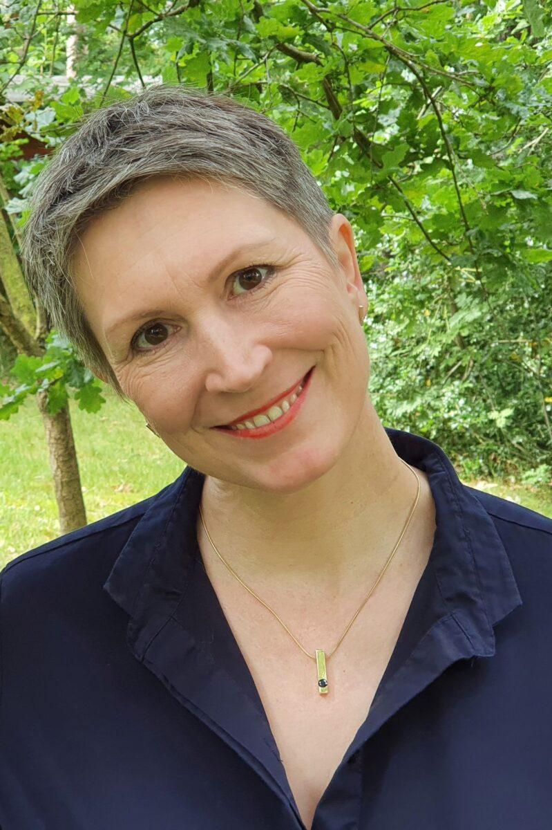 Ines Meyrose - Outfit 2021 - Frühlingseinheitslook - persönliche Uniform - dunkelblaue Bluse, blaue Jeans mit Waschung, Sandaletten - Ü50-Bloggerin - Portrait