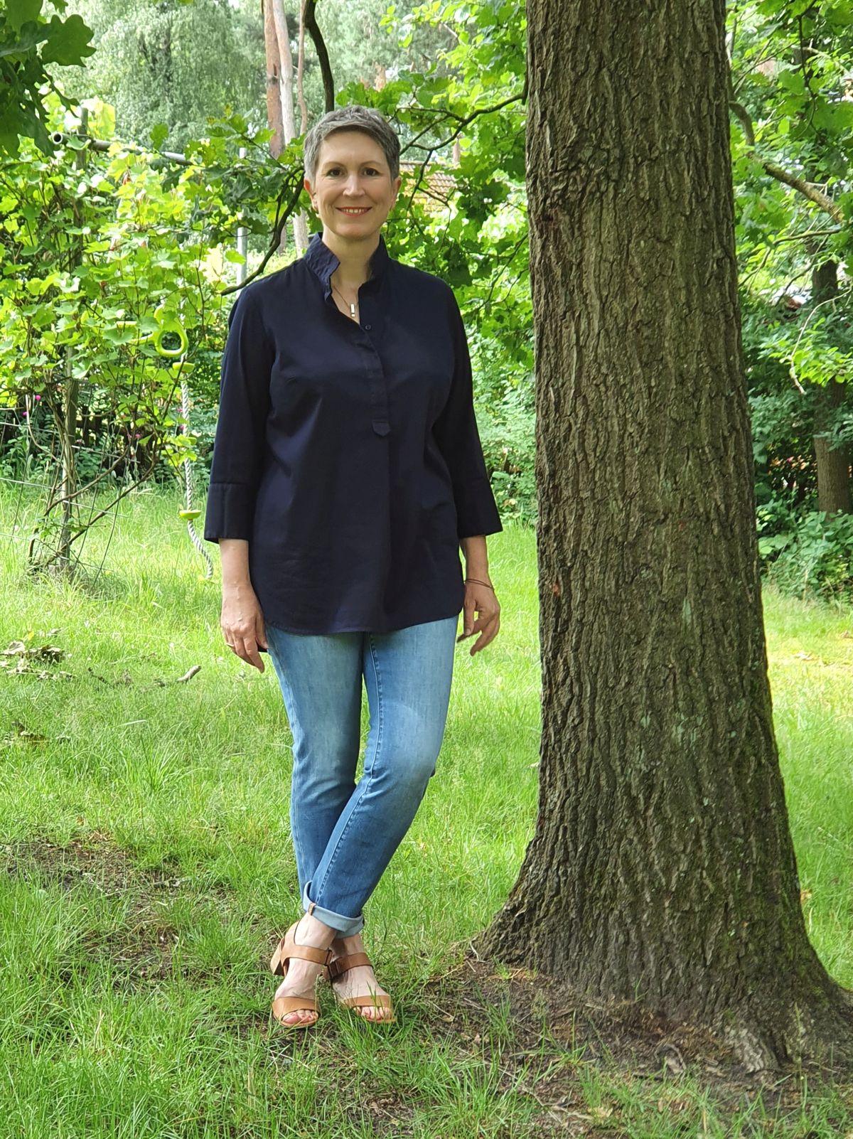 Ines Meyrose - Outfit 2021 - Frühlingseinheitslook - persönliche Uniform - dunkelblaue Bluse, blaue Jeans mit Waschung, Sandaletten - Ü50-Bloggerin