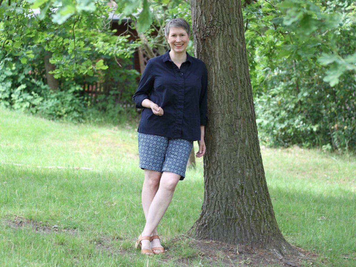 Ines Meyrose - Outfit 2021 - Frühlingseinheitslook - persönliche Uniform - dunkelblaue Bluse, blau gemusterter Bermuda, Sandalen - Ü50-Bloggerin