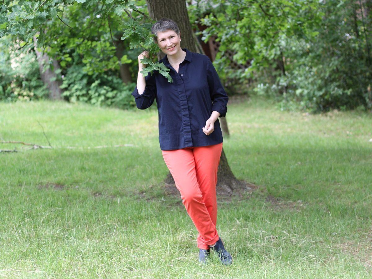 Ines Meyrose - Outfit 2021 - Frühlingseinheitslook - persönliche Uniform - dunkelblaue Bluse, rote Sommerhose - dunkelblaue Stiefeletten - Ü50-Bloggerin