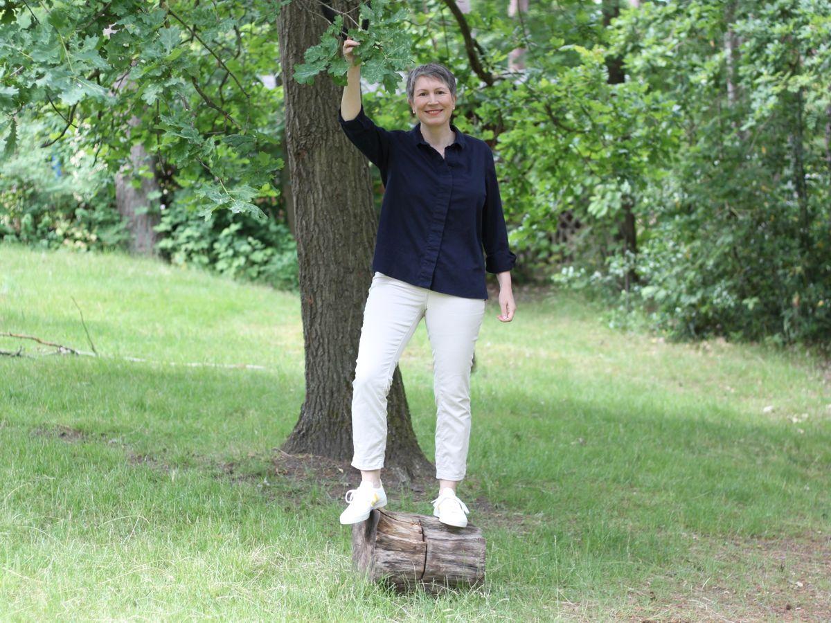 Ines Meyrose - Outfit 2021 - Frühlingseinheitslook - persönliche Uniform - dunkelblaue Bluse, weiße 7/8-Sommerhose - weiße Sneaker - Ü50-Bloggerin