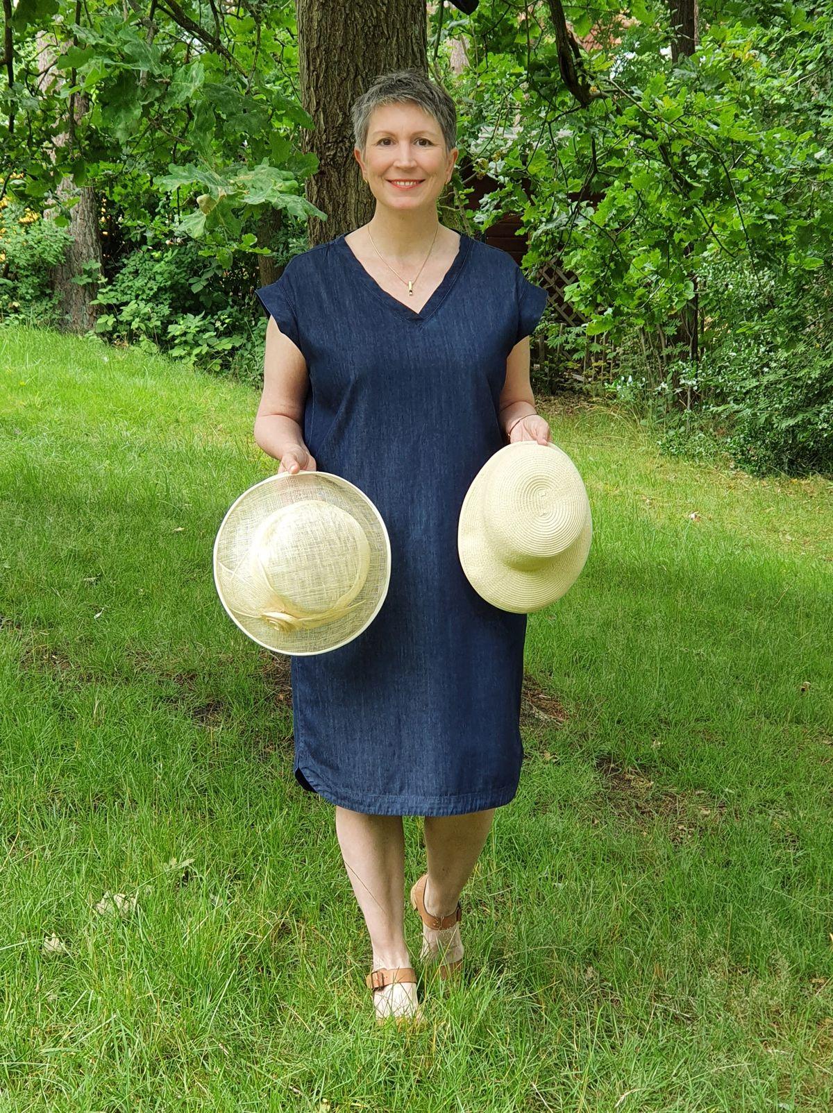 Ines Meyrose – Outfit 2021 mit Sommerhut in Cremeweiß, blauem Jeanskleid und Sandaletten – Ü50 Bloggerin