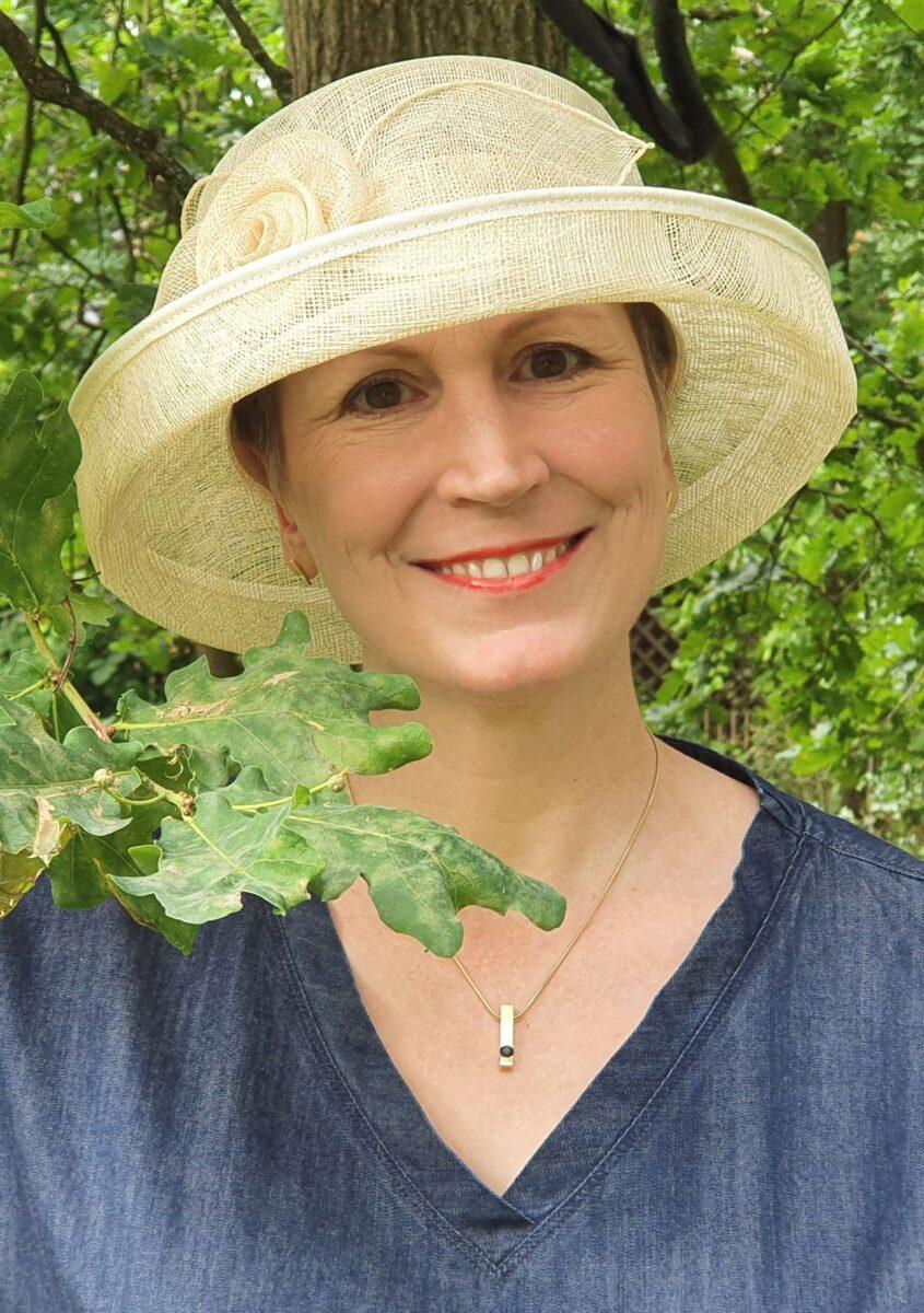 Ines Meyrose – Outfit 2021 mit Sommerhut in Cremeweiß, blauem Jeanskleid und Sandaletten – Ü50 Bloggerin - Portrait