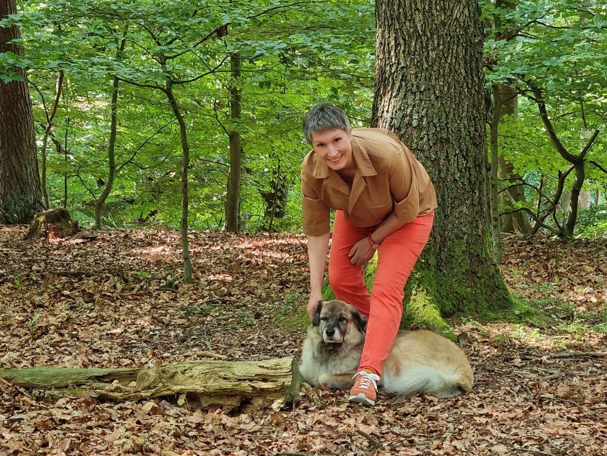 Ines Meyrose - Outfit 2021 - UXGO Schuhe für Hallux in Weite G - Modell Amber - in warmen Rot-/Orange-Brauntönen kombiniert für den Herbstfarbtyp - Ü50 Bloggerin mit Hund Paul