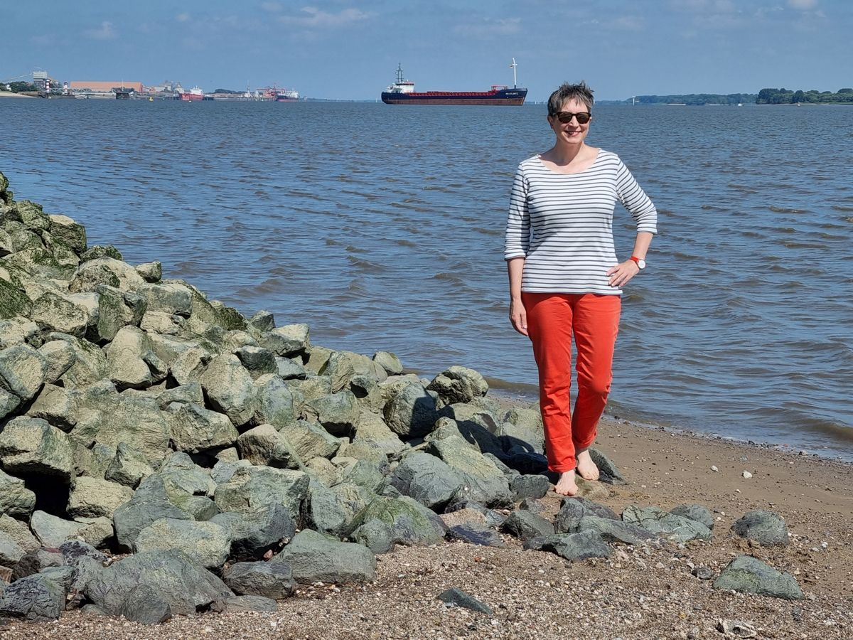 Ines Meyrose – Outfit 2021 – Marinelook mit Ringelshirt – Blau, Weiß, Rot – Ü50 Bloggerin