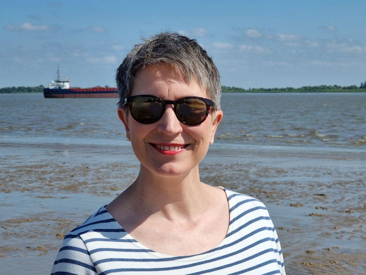 Ines Meyrose – Outfit 2021 – Marinelook mit Ringelshirt – Blau, Weiß, Rot – Ü50 Bloggerin - Portrait