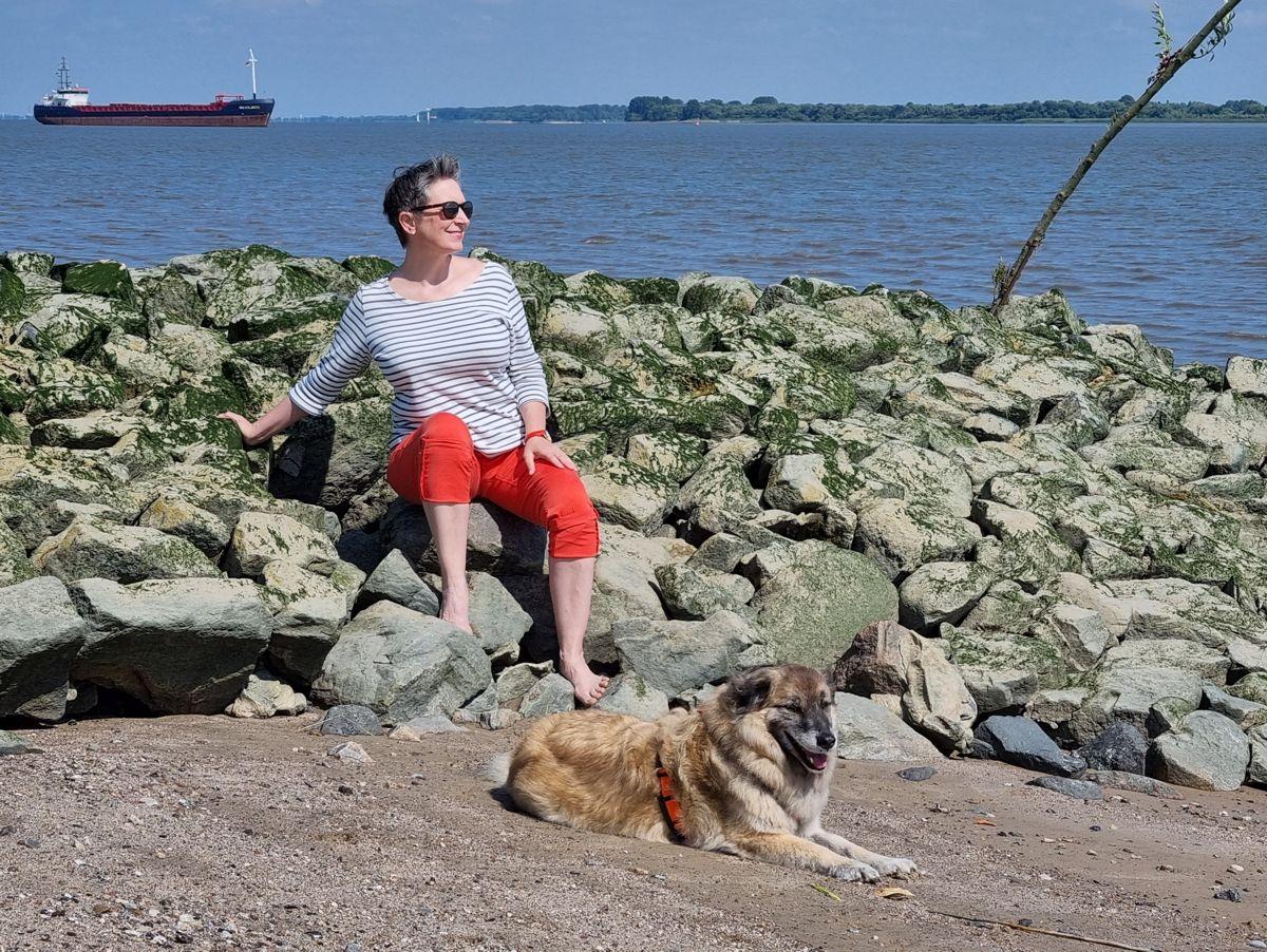 Ines Meyrose – Outfit 2021 – Marinelook mit Ringelshirt – Blau, Weiß, Rot – Ü50 Bloggerin mit Hund Paul