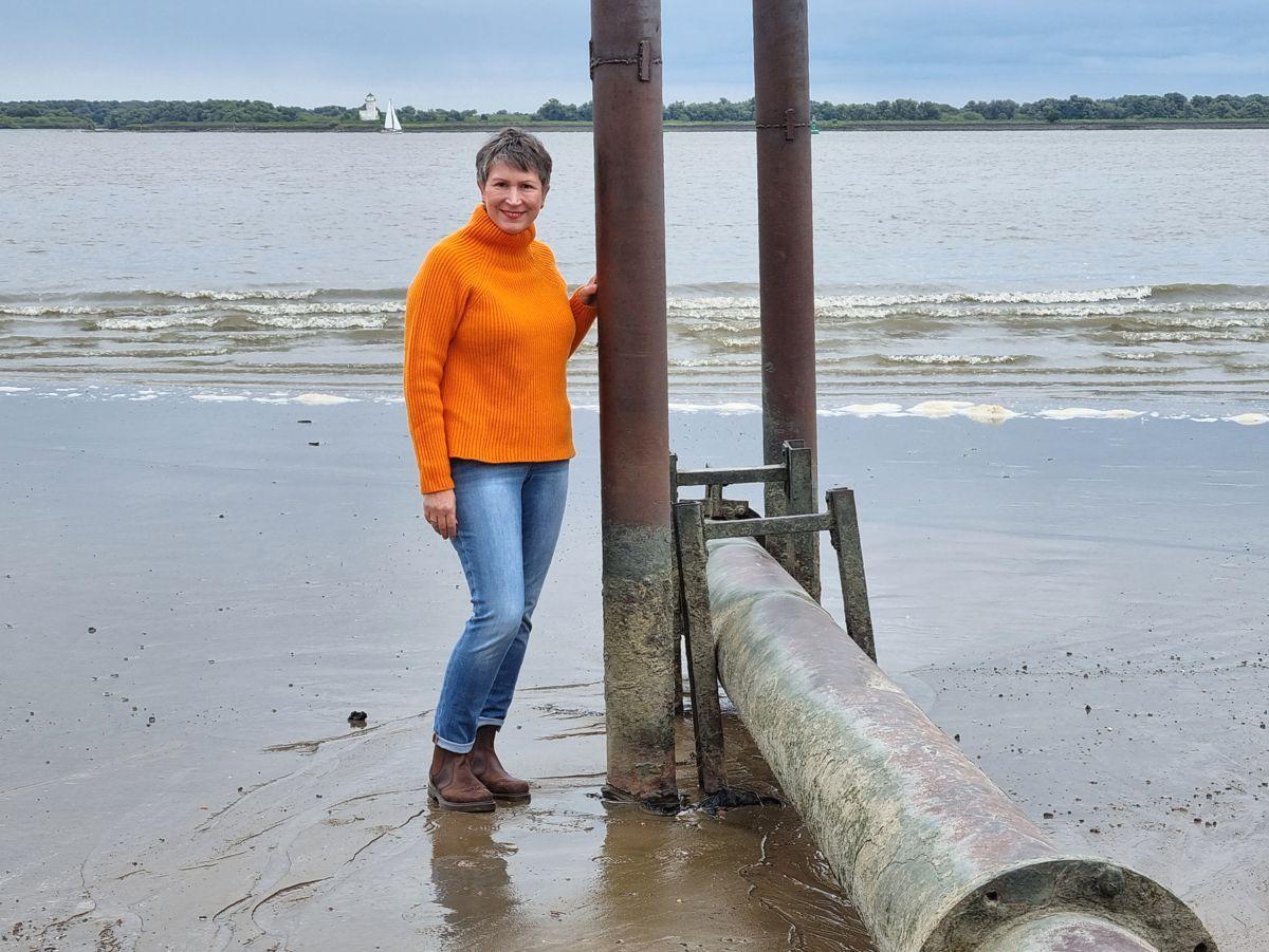 Ines Meyrose – Outfit 2021 – Rollkragenpullover / Turtleneck orange, Jeans blau, Chelseaboots braun - Ü50 Bloggerin