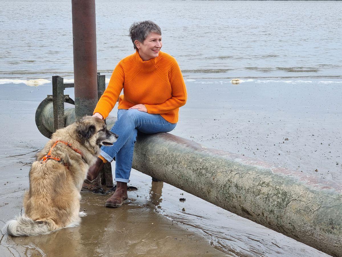 Ines Meyrose – Outfit 2021 – Rollkragenpullover / Turtleneck orange, Jeans blau, Chelseaboots braun - Ü50 Bloggerin mit Hund Paul