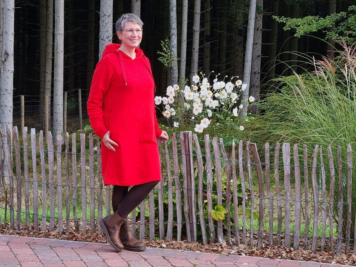 Ines Meyrose - Outfit 2021 - rotes Sweatkleid, braune Chelsea Boots - Ü50 Bloggerin