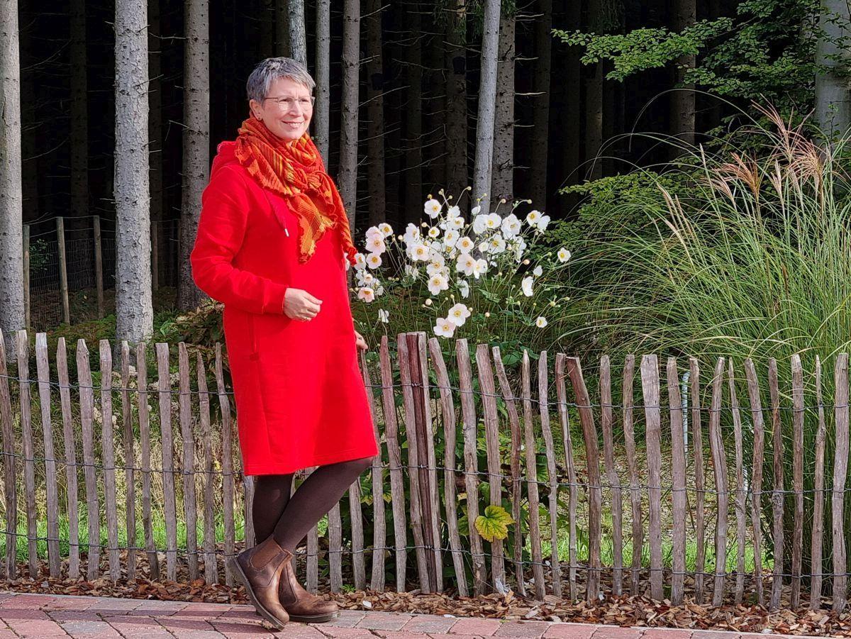 Ines Meyrose - Outfit 2021 - rotes Sweatkleid, braune Chelsea Boots, Dreieckstuch im Orange-Mix - Ü50 Bloggerin