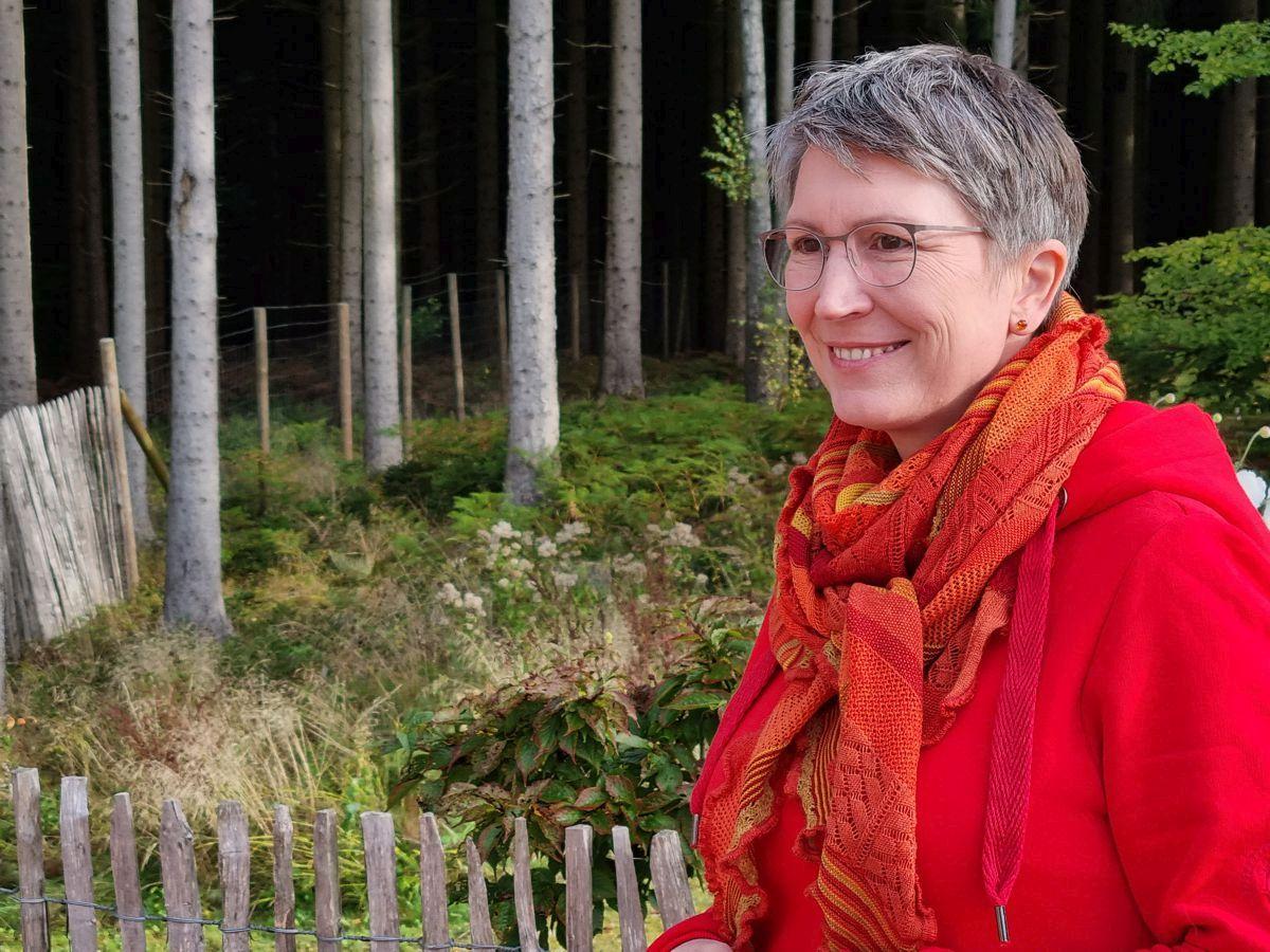 Ines Meyrose - Outfit 2021 - rotes Sweatkleid, Dreieckstuch im Orange-Mix - Portrait - Ü50 Bloggerin