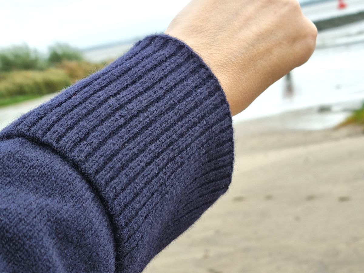 Ines Meyrose – Outfit 2021 – Rollkragenpullover dunkelblau, Jeans blau, Chelseaboots braun - Ü50 Bloggerin