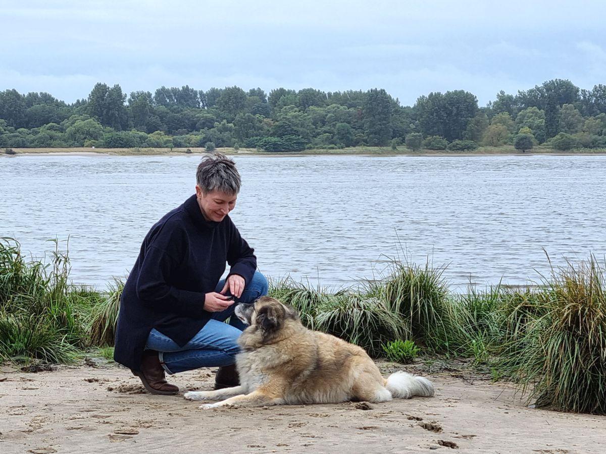 Ines Meyrose – Outfit 2021 – Rollkragenpullover dunkelblau, Jeans blau, Chelseaboots braun - Ü50 Bloggerin mit Hund Paul