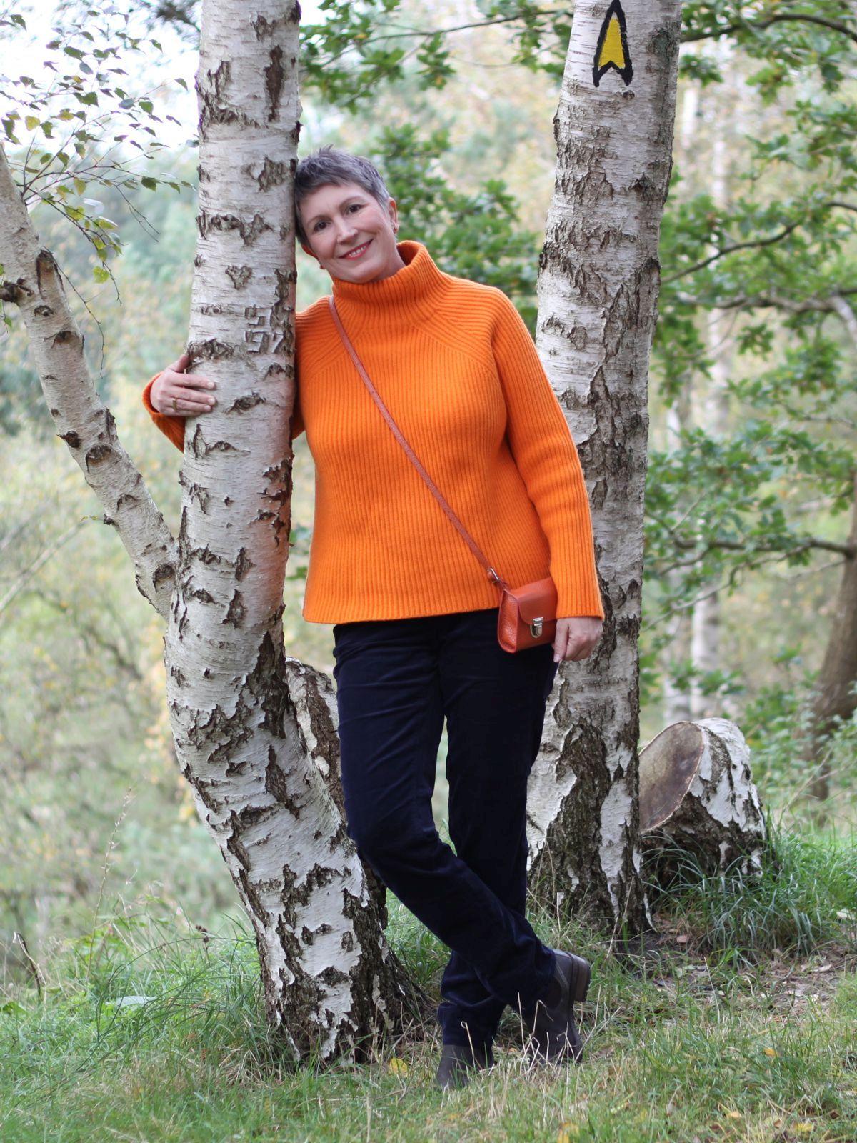 Ines Meyrose – Outfit 2021 – Rollkragenpullover / Turtleneck orange, Cordhose blau - Ü50 Bloggerin