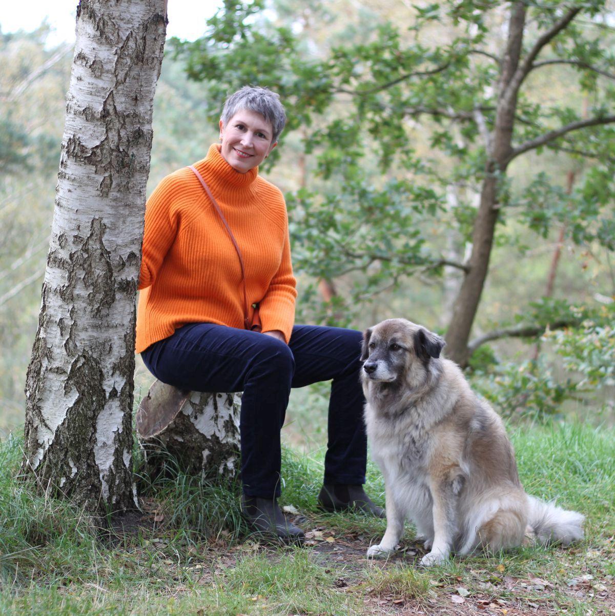Ines Meyrose – Outfit 2021 – Rollkragenpullover / Turtleneck orange, Cordhose blau - Ü50 Bloggerin mit Hund Paul